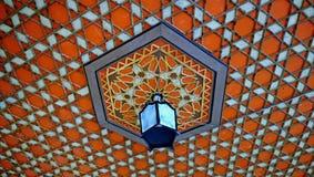 Modelo-ornamento decorativo en el techo y la lámpara en el palacio del ` s de Khan en Bakhchisarai imagen de archivo