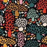 Modelo oscuro inconsútil multicolor del vector con los árboles dibujados mano del garabato Fotos de archivo libres de regalías