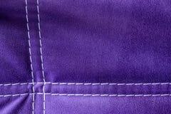 Modelo púrpura del fondo del terciopelo con las líneas blancas Cierre para arriba Imágenes de archivo libres de regalías