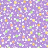 Modelo púrpura inconsútil con los caramelos Imagen de archivo libre de regalías