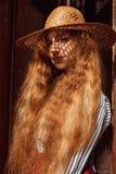 Modelo pelirrojo bastante joven en sombrero de paja con la sombra en su fa Fotos de archivo