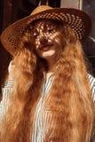Modelo pelirrojo joven blando en sombrero de paja con la sombra en su fa Fotos de archivo