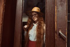 Modelo pelirrojo joven elegante en sombrero de paja con la sombra en ella Fotos de archivo