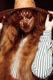 Modelo pelirrojo joven elegante en sombrero de paja con la sombra en su f Foto de archivo libre de regalías
