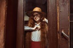Modelo pelirrojo joven sonriente en sombrero de paja con la sombra en su f Fotos de archivo libres de regalías