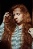 Modelo pelirrojo magnífico con las pecas Mujer con la sombra encendido él Fotos de archivo libres de regalías