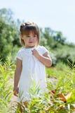 Modelo pequeno curioso que levanta no parque Imagem de Stock