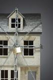Modelo pequeno da casa acorrentado fotografia de stock royalty free