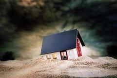 Modelo pequeno da casa na areia fotos de stock