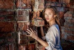 Modelo perto da parede de tijolo Imagem de Stock Royalty Free