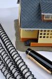 Modelo, pluma y documentación de la casa Imagen de archivo libre de regalías