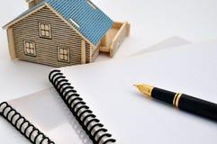 Modelo, pluma y documento de la casa Imagen de archivo libre de regalías