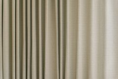 Modelo poner crema y marrón de la cortina Foto de archivo