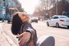Modelo positivo do tamanho na rua da cidade Imagens de Stock Royalty Free