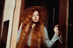 Modelo precioso del pelirrojo con los ojos cerrados en el sombrero de paja que presenta en pas Fotos de archivo libres de regalías