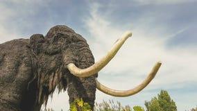 Modelo prehistórico gigantesco en un parque metrajes