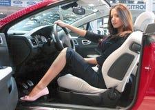 Modelo profesional y un nuevo coche fotografía de archivo