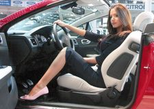Modelo profissional e um carro novo fotografia de stock
