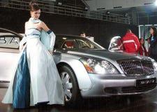 Modelo profissional e um carro novo foto de stock royalty free