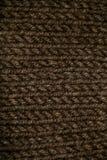 Modelo que hace punto del hilado suave caliente de lana beige o marrón Imagen de archivo