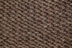Modelo que hace punto del hilado suave caliente de lana beige o marrón Fotos de archivo libres de regalías