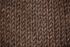 Modelo que hace punto del hilado suave caliente de lana beige o marrón Foto de archivo