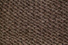Modelo que hace punto del hilado suave caliente de lana beige o marrón Fotos de archivo