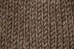 Modelo que hace punto del hilado suave caliente de lana beige o marrón Fotografía de archivo libre de regalías