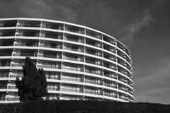 Modelo redondeado moderno del adorno del edificio en blanco y negro Imágenes de archivo libres de regalías