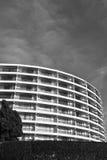 Modelo redondeado moderno del adorno del edificio en blanco y negro Imagen de archivo libre de regalías