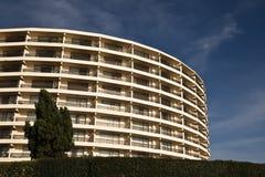 Modelo redondeado moderno del adorno del edificio en cielo azul Imagenes de archivo
