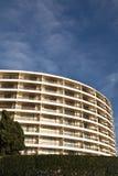 Modelo redondeado moderno del adorno del edificio en cielo azul Foto de archivo