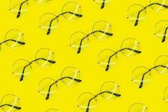 Modelo redondo de los vidrios en fondo amarillo Modelo mínimo del verano de la moda Endecha plana imágenes de archivo libres de regalías