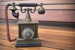 Modelo retro del teléfono, teléfono viejo del dial del vintage en el fondo de madera Imagenes de archivo