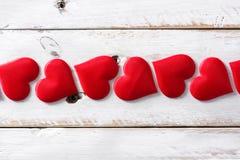 Modelo rojo de los corazones en el fondo blanco foto de archivo libre de regalías