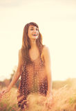 Modelo romântico no vestido de Sun no campo dourado no por do sol Fotos de Stock