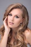 Modelo rubio con el pelo hermoso Imágenes de archivo libres de regalías