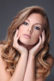 Modelo rubio con el pelo hermoso Fotografía de archivo libre de regalías