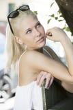 Modelo rubio de la muchacha con los sunglesses al aire libre Imagenes de archivo
