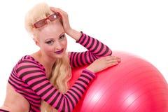 Modelo rubio del pinup con la bola de playa Foto de archivo libre de regalías
