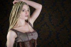Modelo rubio del steampunk de los dreadlocks de la muchacha atractiva Imágenes de archivo libres de regalías