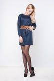 Modelo rubio encantador en vestido azul Foto de archivo