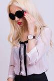 Modelo rubio hermoso con las gafas de sol Fotografía de archivo libre de regalías