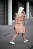 Modelo rubio hermoso que camina al aire libre Imágenes de archivo libres de regalías