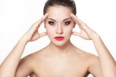 Modelo sério da mulher nova com os bordos do vermelho do encanto fotos de stock