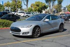 Modelo S de Tesla en los vehículos eléctricos de domingo del Supercar imagenes de archivo
