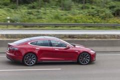 Modelo S de Tesla na estrada Fotos de Stock Royalty Free
