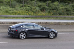 Modelo S de Tesla na estrada Fotografia de Stock