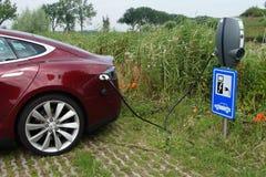 Modelo S de Tesla que está sendo carregado Imagem de Stock Royalty Free