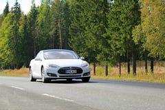 Modelo S Electric Car de Tesla en el camino Imágenes de archivo libres de regalías